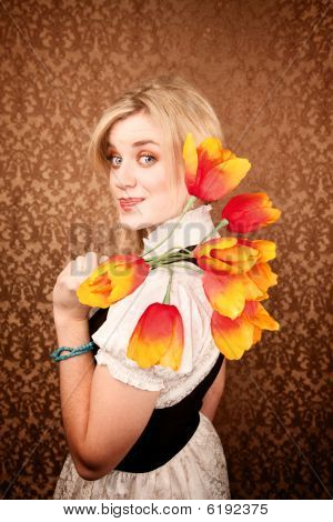 ziemlich hispanischen Frau mit Kunststoff Blumen