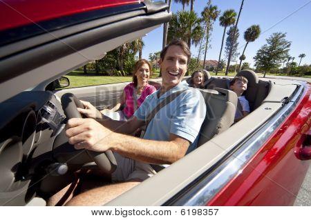 Familia en auto Convertible