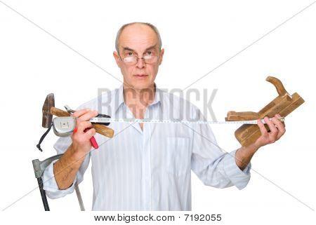 Hombre con las herramientas en sus manos