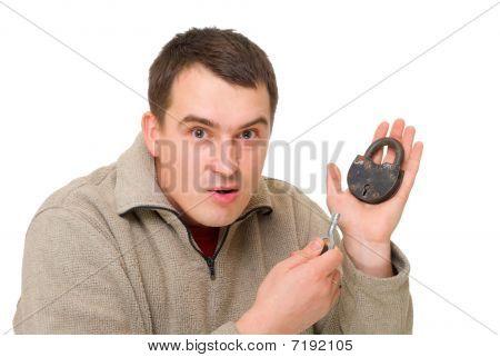 Hombre con la llave y cerradura