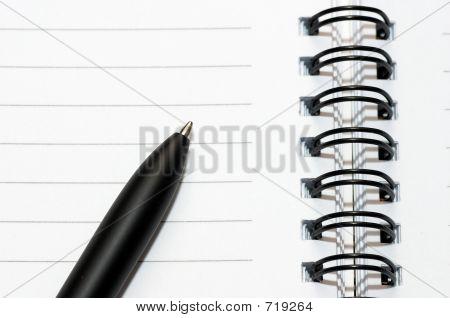 Anel em branco vazia, o bloco de notas espiral, uma pena