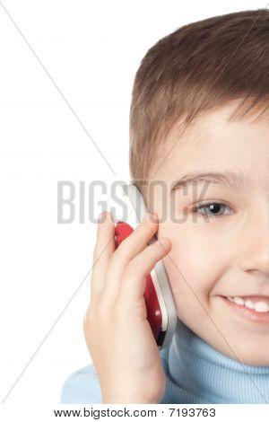 Menino sorridente com telemóvel