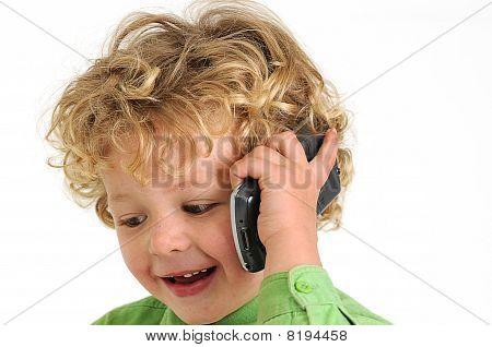 blond geschweiften haired Boy sprechen auf Handy