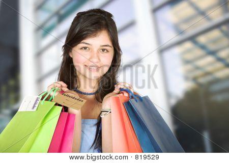 schöne Teenager mit Einkaufstaschen
