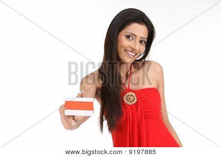 Mujer mostrando su tarjeta de crédito naranja