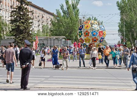 A Large Number Of Tourists On May 9, People Cross The Road At The Alley Of Heroes, Near The Sculptur