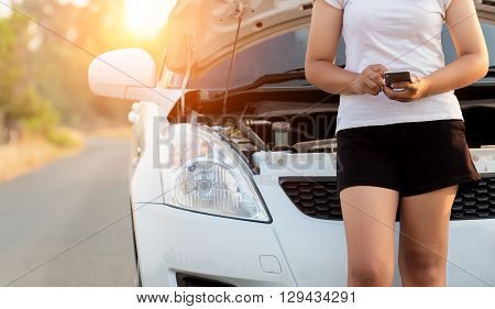 woman call assistance service after her car has a ploblem