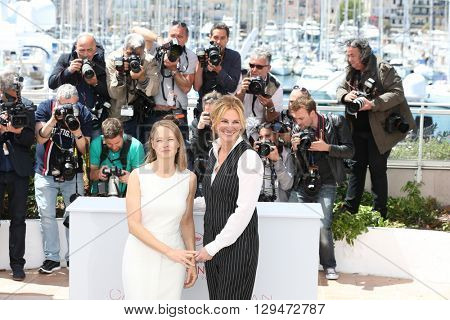 CANNES, FRANCE - MAY 12: Jodie Foster and Julia Roberts attend the 'Money Monster' photocall during the 69th annual Cannes Film Festival at the Palais des Festivals on May 12, 2016 in Cannes