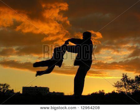 Vater drehen Sohn Sonnenuntergang