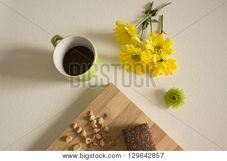 Sveglia con colazione a base di caffè e brioche