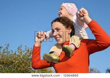 Baby auf Mutter Schultern