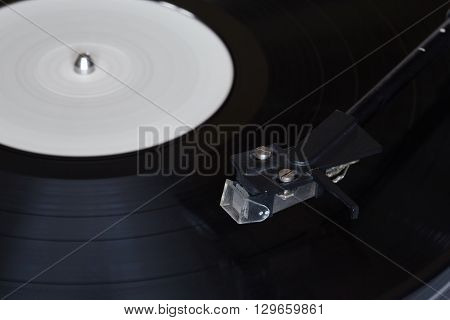 Vinyl player and the rotating disk with the reading head