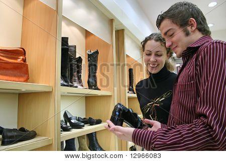 casal na loja de sapatos