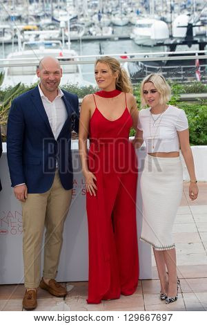 CANNES, FRANCE - MAY 11: Blake Lively ,  Kristen Stewart attend the 'Cafe Society' photocall, 69th annual Cannes Film Festival at Palais des Festivals on May 11, 2016 in Cannes, France.