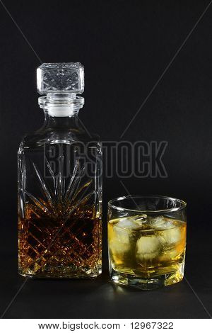 Sirviendo whisky en las rocas.