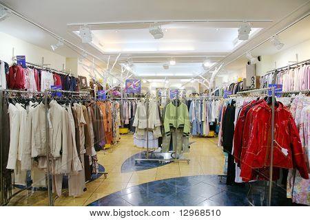 O departamento de roupas superiores na loja