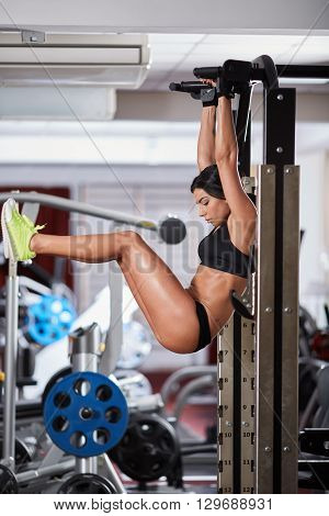 Abs Crunches At Pull-up Bar