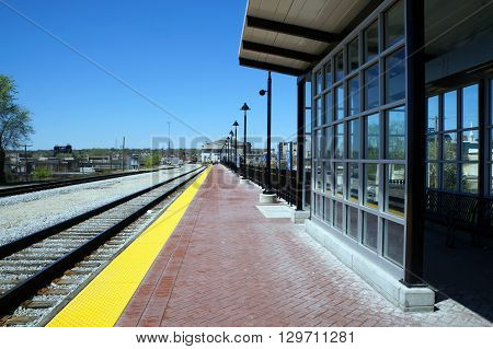 The platform where passengers may await trains in Joliet, Illinois.