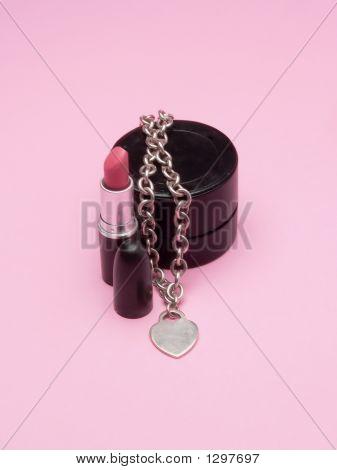 Una barra de labios y una joya en forma de Herat, que simboliza la feminidad y Glamour