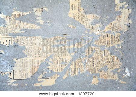 Reste von eingefügten Zeitung an Wand
