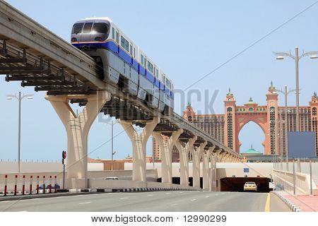 DUBAI - 19. APRIL: Atlantis Hotel und Monorail auf einer künstlichen Insel Palm Jumeirah am 19. April trainieren