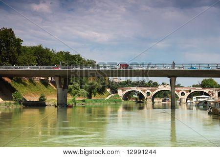 carros vão sobre a ponte sobre o Rio Tibre, a ponte fora Trastevere em Roma, Itália