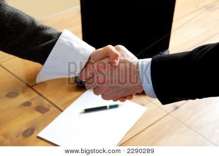Estrechándole la mano