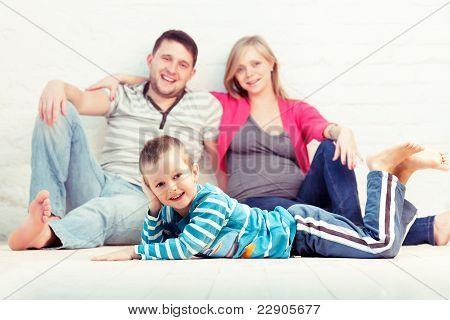 Kleiner Junge und seine Eltern ruhen