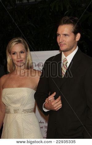 SANTA MONICA - OCT 4: Jennie Garth and husband Peter Facinelli at the 11th Annual Lili Claire Foundation Benefit at the Santa Monica Civic Auditorium in Santa Monica, California on October 4, 2008