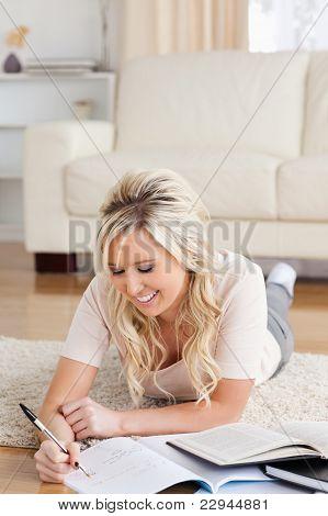 Sonriente estudiante tendido en el suelo