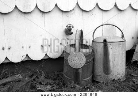 Alte Gießkannen-schwarz-weiß