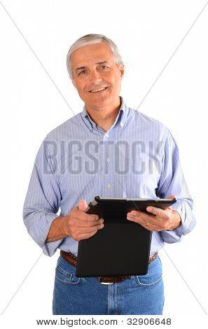 Ein lässig gekleidet Geschäftsmann hält einen Tablettcomputer in einem Fall. Vertikale Zusammensetzung über Jota