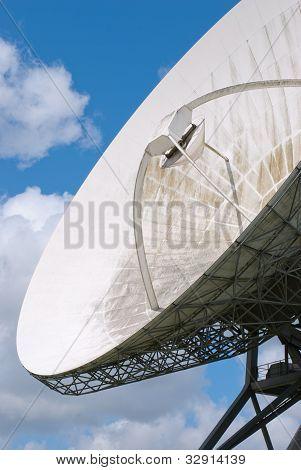 Disco de satélite um céu azul