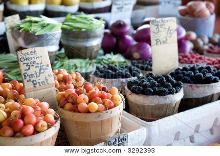 Frutas y verduras en un mercado al aire libre