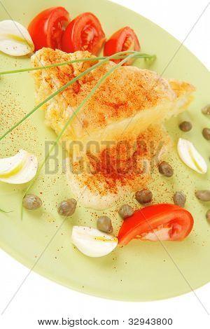 Essen: Gemüse Auflauf Stück grüne Platte serviert mit Schnittlauch und Tomaten isoliert Pfingstmontag
