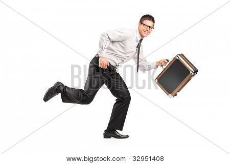 Un empresario con un maletín aislado sobre fondo blanco