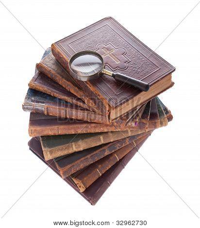 Stack Antiquarische Bücher und Lupe