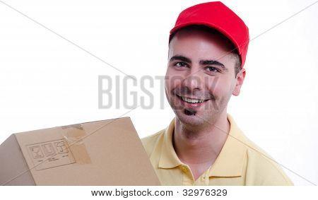 Sonriente joven repartidor