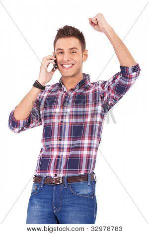 jonge man praten over de telefoon en het winnen van iets