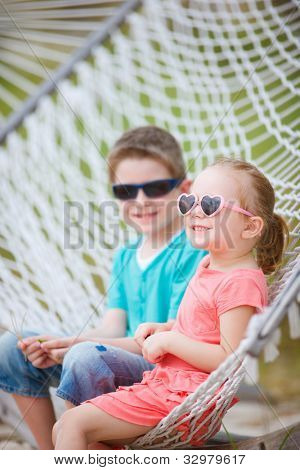 Hermano y hermana, sentado en la hamaca