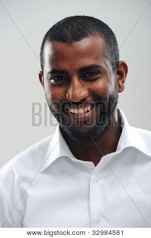 Porträt der jungen feinen schwarzen Mann