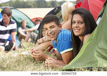 Jovens em acampamento