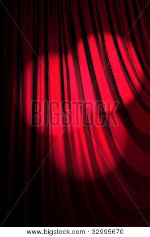 Brillantemente iluminado cortinas en concepto de teatro