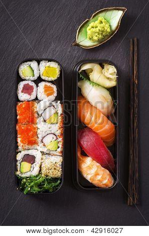 caixa de Bento com sushi e rolos