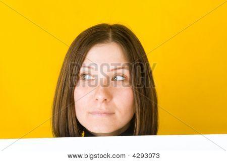 Mulher bonita olhando para o canto esquerdo.