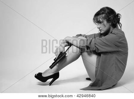 Mulher tensa com uma arma