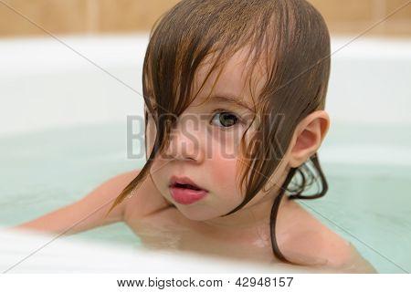 Kleinkind Mädchen nachdenklichen Ausdruck