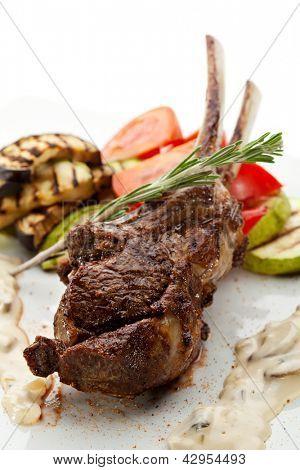 Grelhado Carré de cordeiro com molho de cogumelos e legumes para churrasco