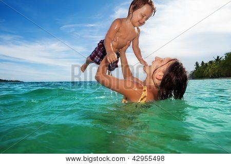Jogo de mãe com seu filho no mar