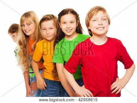 Fünf glückliche Kinder In bunten Hemden